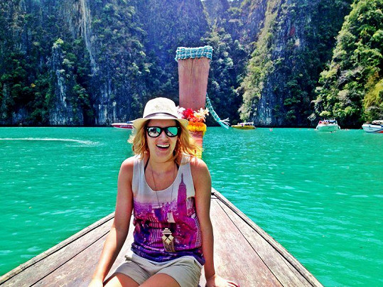 Nikol Moravcová na lodičce u ostrova Phi Phi.
