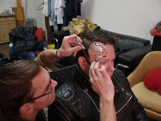 Umělecký maskér David Lohr připravuje Ruppertovi masku.