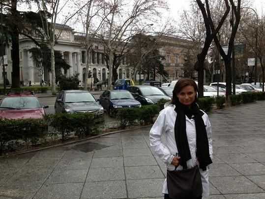 Jana před muzeem Prado.