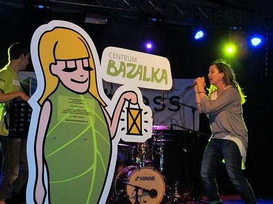 Zpívala i Bára Basiková.
