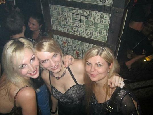 Kristýna s kamarádkami na narozeninové oslavě.