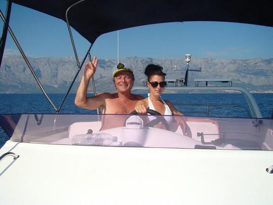 Pavel a Monika si užívají na jachtě.