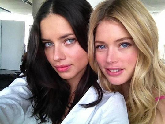 Adriana Lima (vlevo) a Doutzen Kroes jsou krásné i nenalíčené.