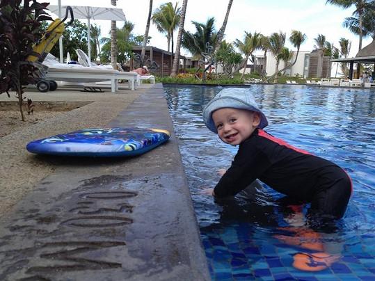 Malý Míša byl během plavání vybavený speciálním oblečkem.