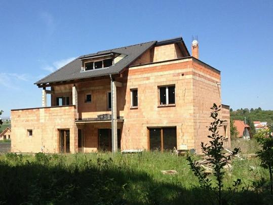 Z této hrubé stavby na Praze-západ si vybudují svůj vysněný dům Dara Rolins a Patrik Vrbovský.