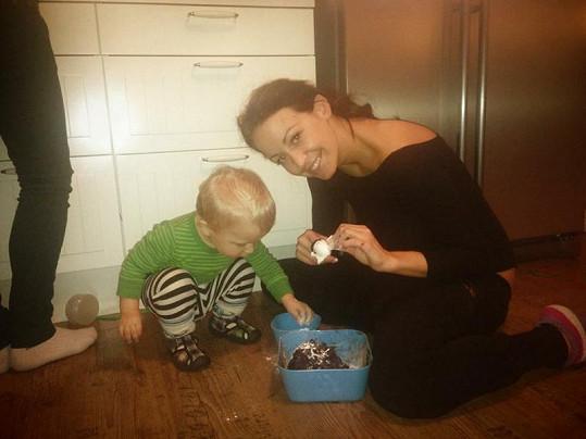 Agáta Hanychová peče cukroví se synem Kryšpínem.