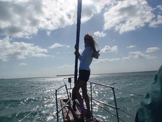 Zuzana Rosáková míří s plachetnicí na širé moře.