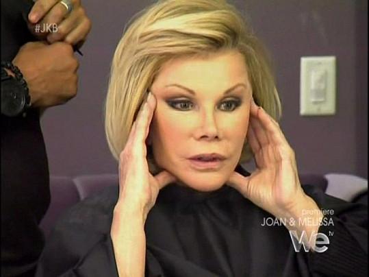 Joan ukazuje, jak by si představovala vytáhnout kůži na krku.