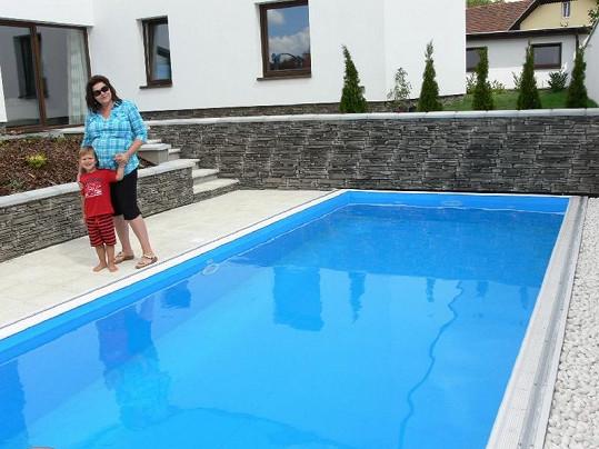 Ilona se synem Daníkem zapózovali u bazénu.
