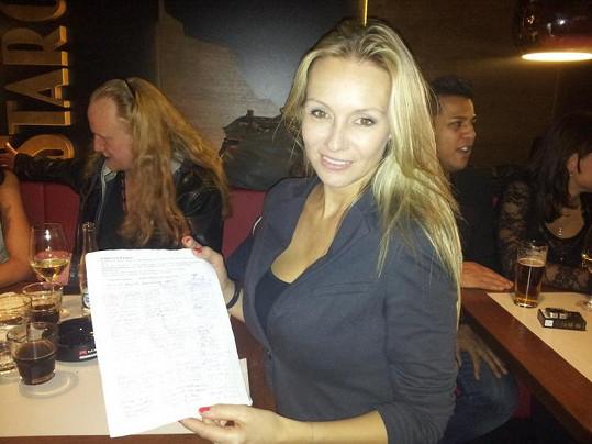 Martina Gavriely s peticí za záchranu školy.