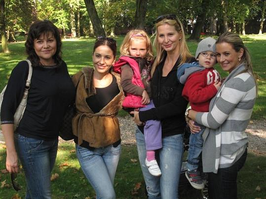 Ilona Csáková, Míša Kuklová, Ivana Gottová s Nelly a Monika Marešová s Románkem Míšy Kuklové v zámeckém parku.