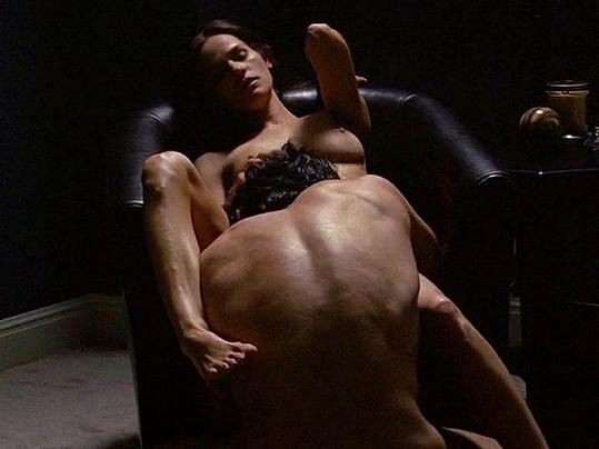 Kelly v intimní scéně.