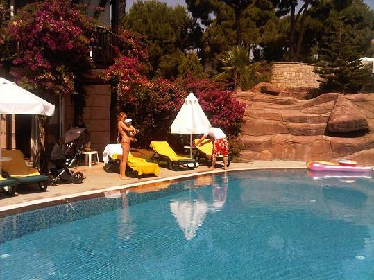 Simona s manželem a synem u bazénu.