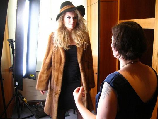 Modistka Libka Safr dohlíží na focení.