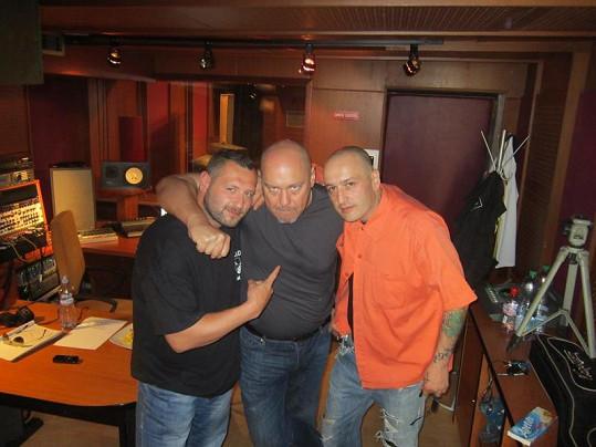Kapelník Walda Gangu Pavel Pásek (uprostřed) s rappery Jakubem Mohamedem Alim (vpravo) a L.U.G.E.Rem.