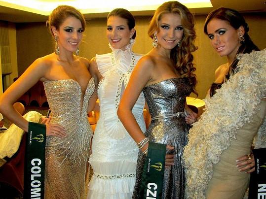 Šárka Cojocarová s dalšími finalistkami Miss Earth.