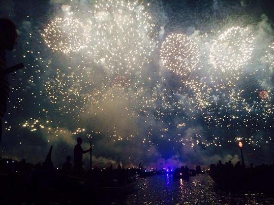 Pohled na největší ohňostroj roku si snoubenci užívali pohledem z gondoly.