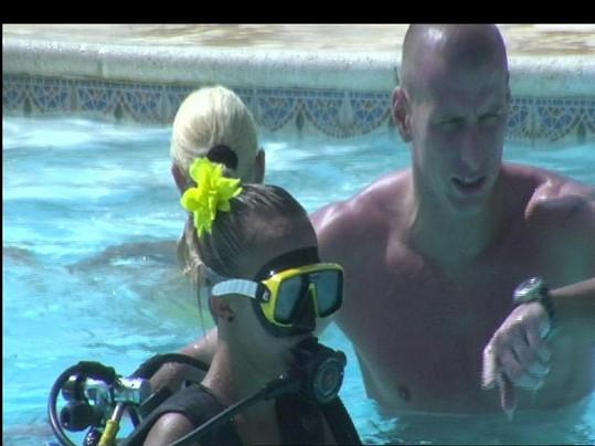 Instruktor potápění Vladimír si dělá legraci, že topí lidi za peníze.
