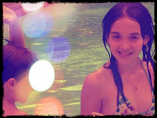 Desetiletá Jessica si užívá v bazénu.