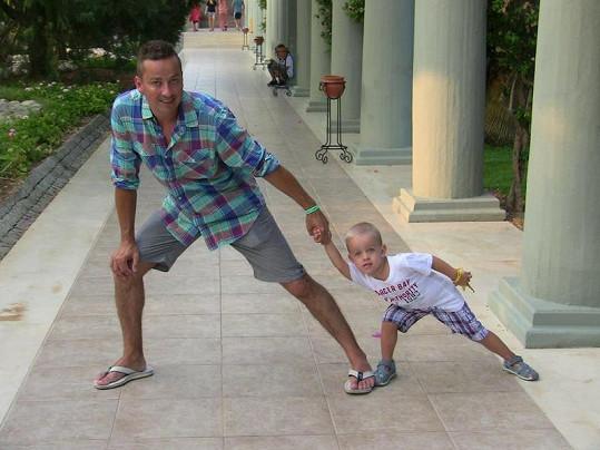 Petr si hraje se starším synem Matyasem.