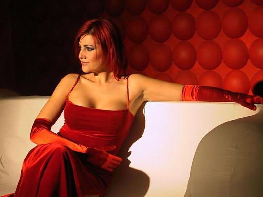 Ilona vyzkoušela i temně rudou barvu vlasů.