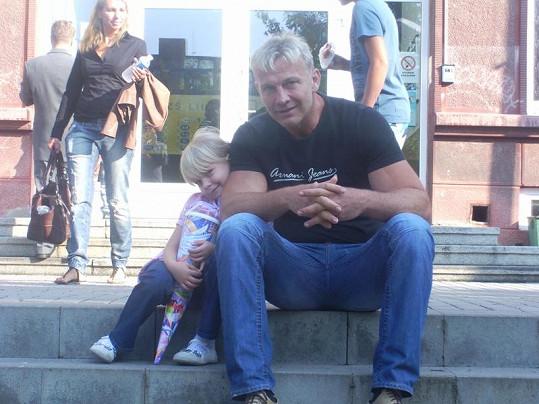 Martin Maxa se svým nejmladším potomkem.