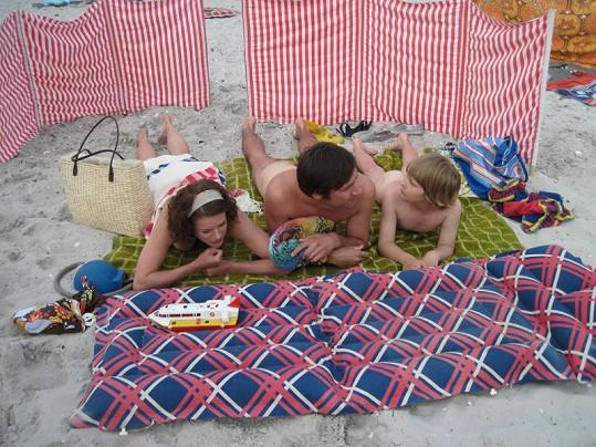 Rodina Dvořákova se v seriálu omylem probudila na nuda pláži.