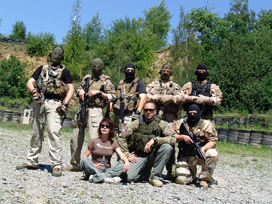 Moderátorka s ostatními účastníky protiteroristického kursu.
