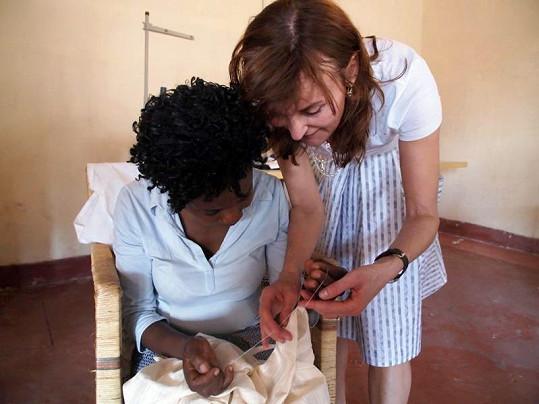 Beata učila místní ženy šít.