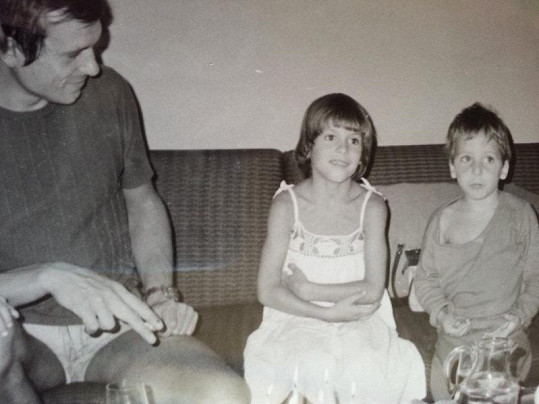 Pak z toho pomalu vyrostl (na snímku se sestrou)