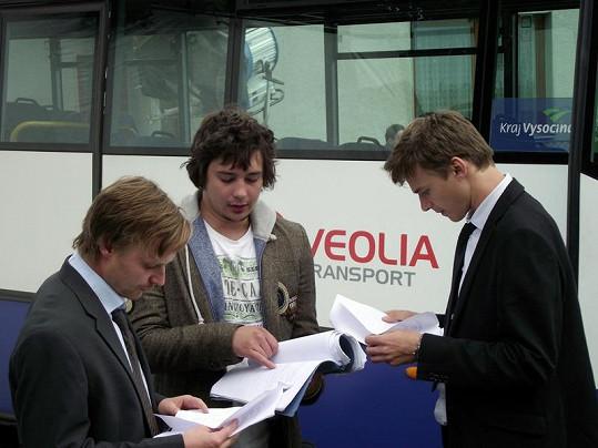 Hádek, režisér Řehořek a Dyk při zkouškách dalšího záběru.