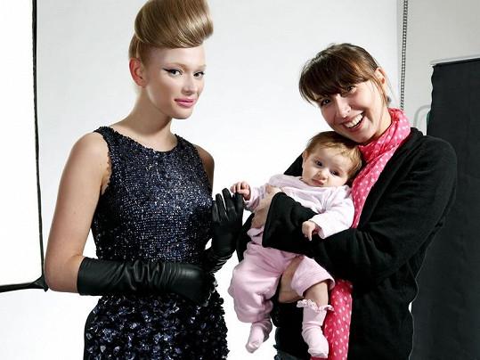 Petra Měchurová se svými dvěma díly - účesem a dcerou Adélkou.