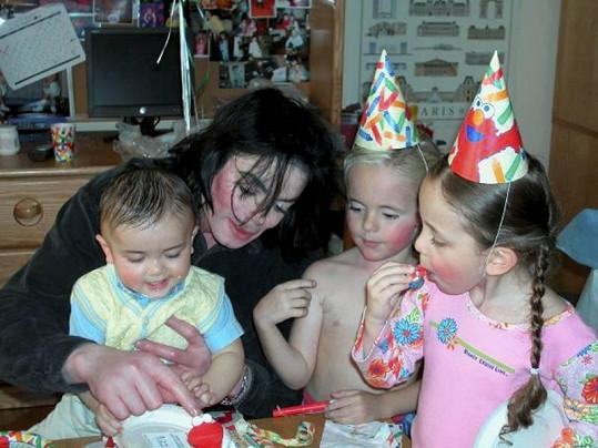 Jeden z mála snímků Michaela Jacksona a jeho tří dětí