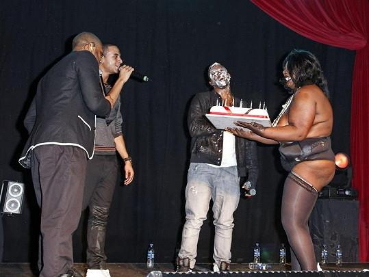 Striptérka Gloria nakonec přinesla oslavenci i narozeninový dort.