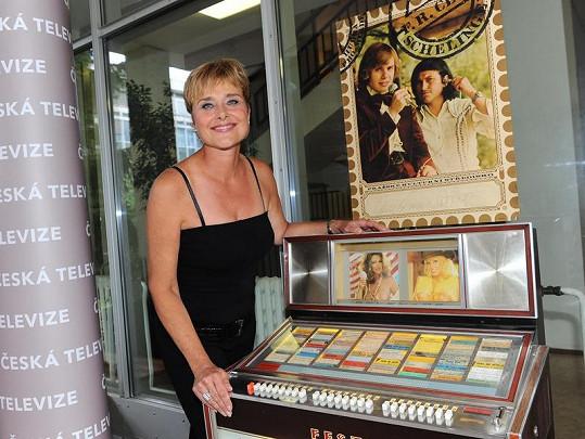 Marie obdivovala starý jukebox.