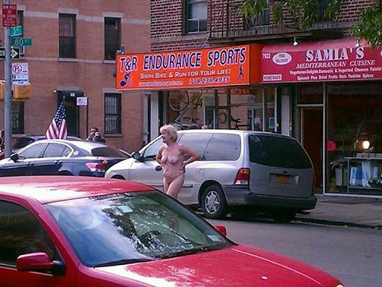 Američanka se následně proháněla mezi projíždějícími auty a křičela na kolemjdoucí.