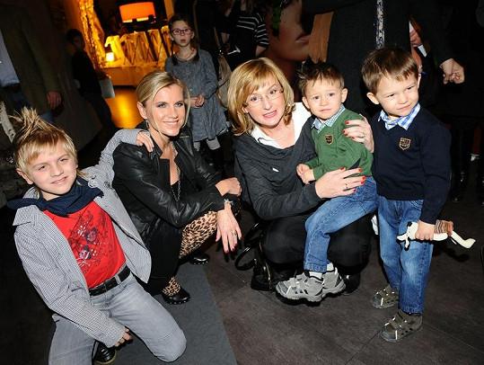 Leona Machálková se synem a Štěpánka Duchková s dvojčátky.