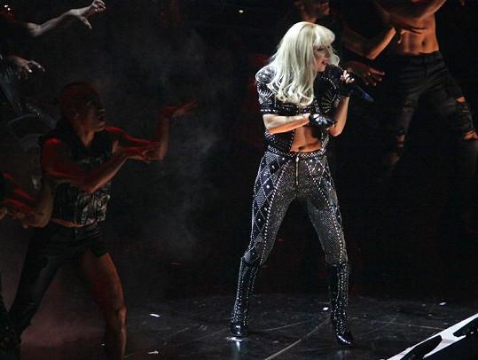 Lady Gaga napasovaná do těsného kostýmu.