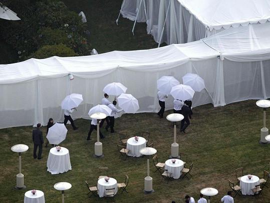 Hosté měli k dispozici slunečníky, které kryly jejich identitu.