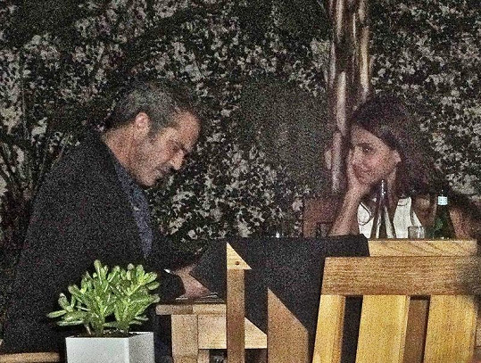 Mel Gibson a Azita Ghanizada nachytáni při romantické večeři.