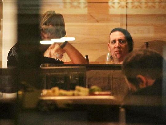 Marilyn Manson v restauraci s přáteli.