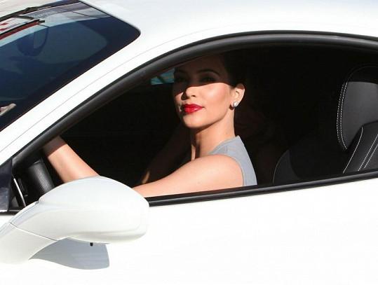 Spokojená majitelka odjíždí ve svém luxusním Ferrari.