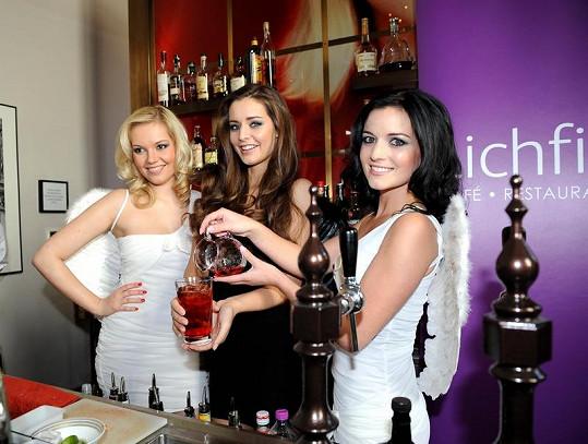 Tereza Chlebovská, Aneta Savarová a Markéta Poulíčková se učily připravovat andělské drinky.
