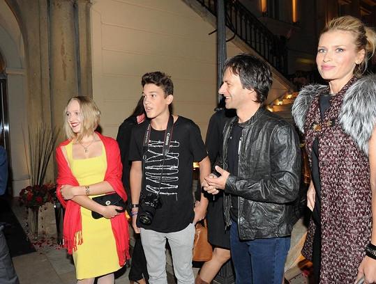 Daniela s partnerem, synem a jeho přítelkyní.