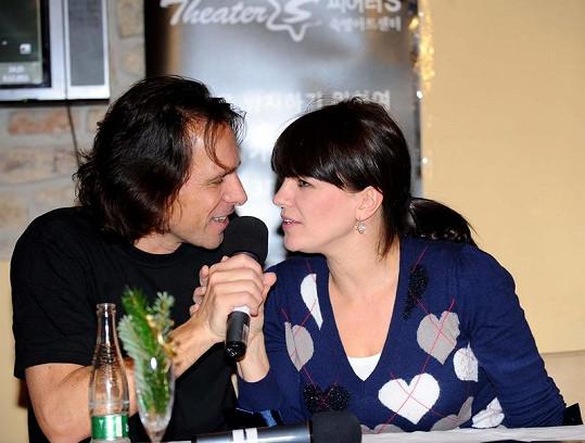Marta Jandová a Janek Ledecký na tiskové konferenci.