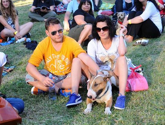 Matěj Ruppert s novou přítelkyní a psem.