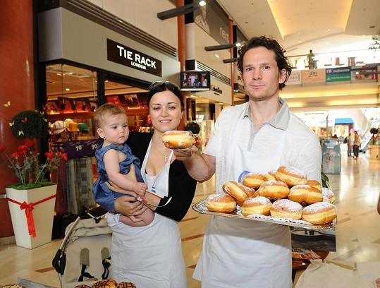 manželé s dcerkou prodávali koláče a koblihy ve prospěch fondu UNICEF.