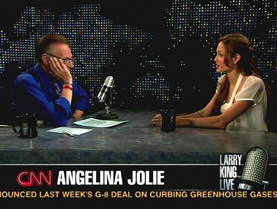 I Angelinu Jolie moderátor zpovídal.