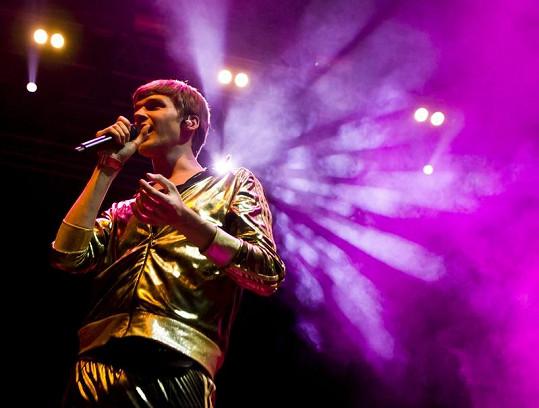 Vojtěch Dyk po kolapsu opět navlékl zlaté tepláky a vystupoval na Open Air Festovalu v Panenském Týnci.