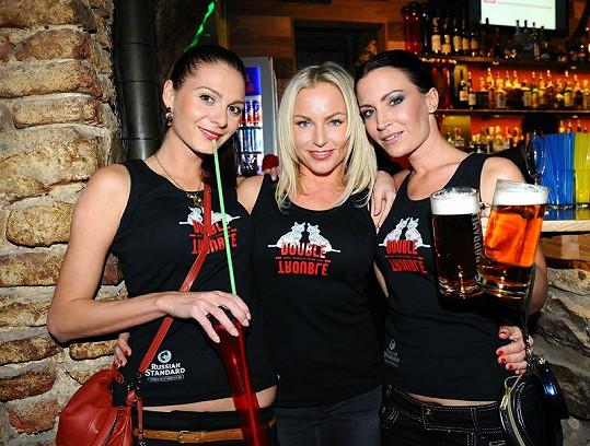 S modelkou Terezou Zimovou a zpěvačkou Martinou Pártlovou si pak už bez obav dala pivo.